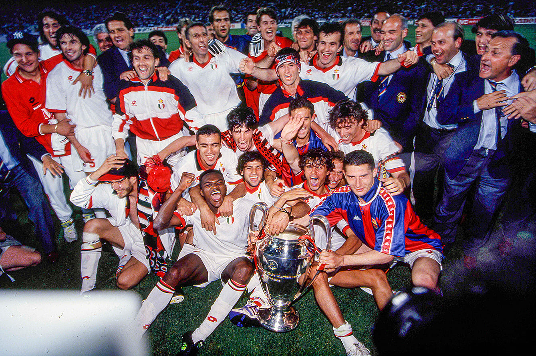 1993-94シーズンのUCLを優勝し歓喜するミランのメンバーたち