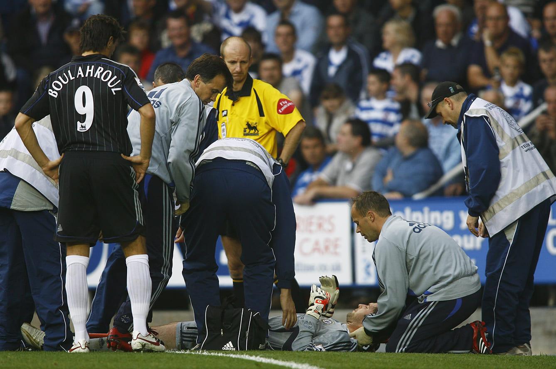 試合中に相手と衝突、頭蓋骨を骨折しピッチに横たわるペトル・チェフ