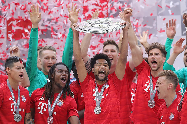 2018-19ブンデスリーガ優勝を決め、マイスターシャーレを手に喜ぶニャブリ