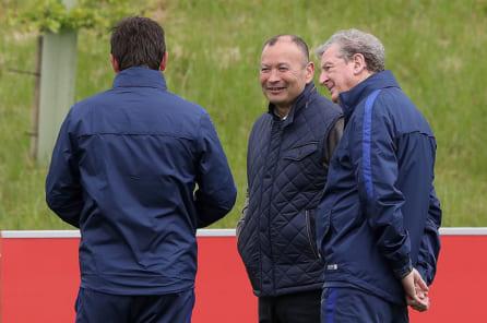 競技の枠を超え知見を交換するラグビー監督のエディー・ジョーンズとサッカー監督のロイ・ホジソン