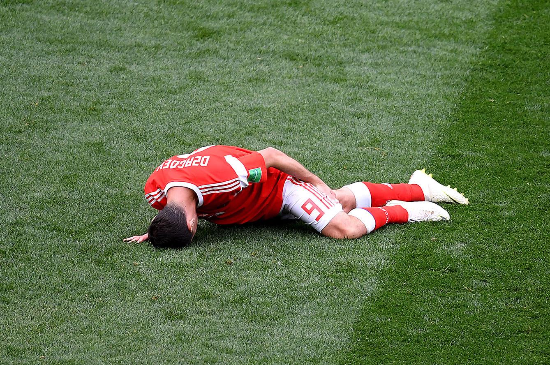 左ハムストリングを負傷しうずくまるロシア代表MFアラン・ザゴエフ
