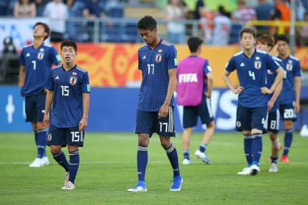 2019 U-20ワールドカップ ラウンド16韓国戦に敗れ肩を落とすU-20日本代表の選手たち