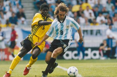 1998年フランスW杯アルゼンチン対ジャマイカで競り合うジャマイカのクリス・ドーズとアルゼンチンのガブリエル・バティストゥータ