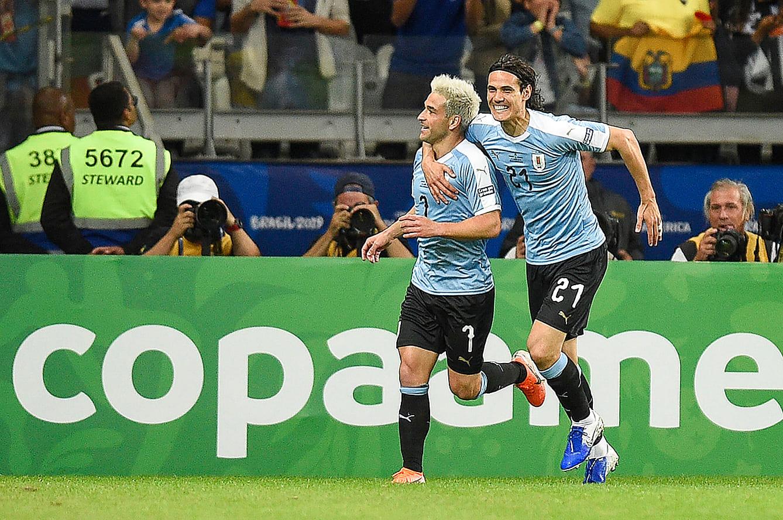 2019コパ・アメリカでゴールを決めカバーニから祝福されるロデイロ